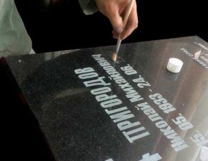 покрытие букв на памятнике лаком перед нанесением позолоты