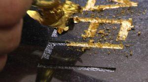 нанесение сусального золота на памятник